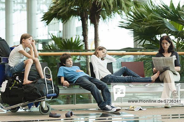 Familie wartet im Flughafenterminal