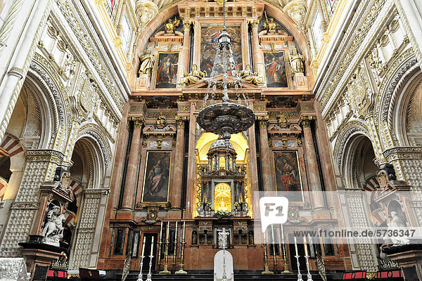 Hochaltar der hineingebauten Kirche  Mezquita  ehemalige Moschee  heute Kathedrale  Cordoba  Andalusien  Spanien  Europa