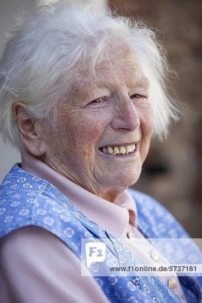 Lachende Seniorin mit weißem Haar  Porträt
