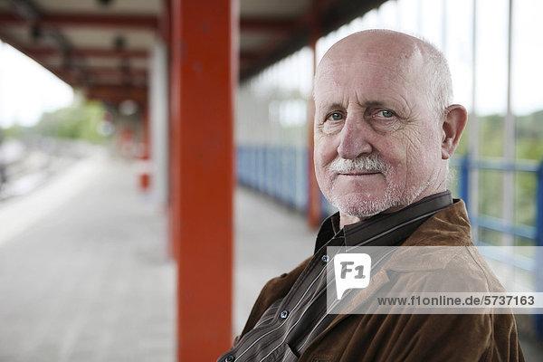 Mann warten Senior Senioren Zug Haltestelle Haltepunkt Station