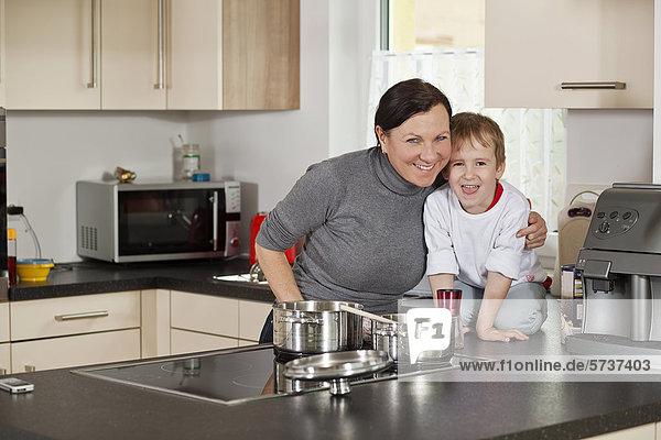 Mutter und Sohn in der Küche