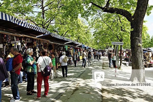 Menschen beim Einkaufen auf der Auer Dult  traditioneller Jahrmarkt  München  Oberbayern  Bayern  Deutschland  Europa