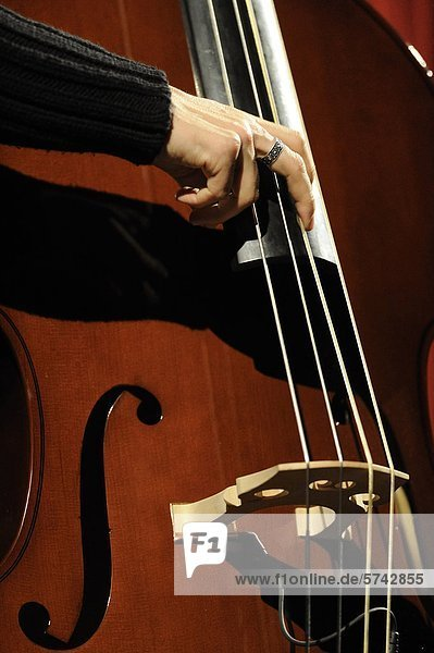 Mann spielen Kontrabass