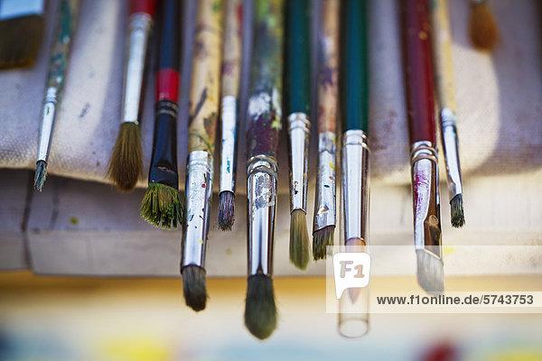 Farbpinsel in einer Reihe
