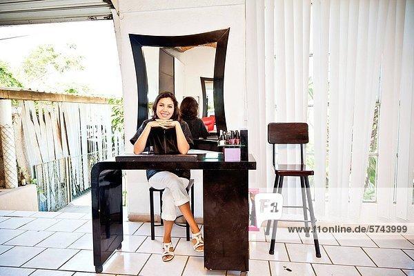 sitzend  Beauty  Maniküre  Tisch  Kosmetikerin