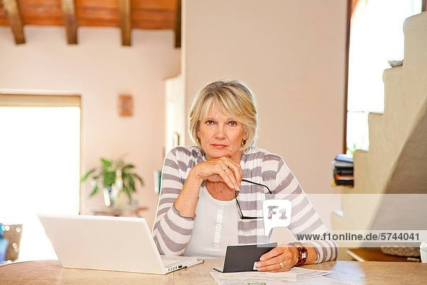 Interior  zu Hause  Frau  Computer  arbeiten  Büro  Rechnung Heimarbeitsplatz