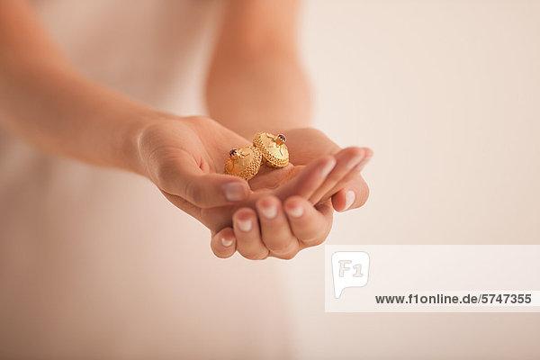 Frau mit goldenen Ornamenten