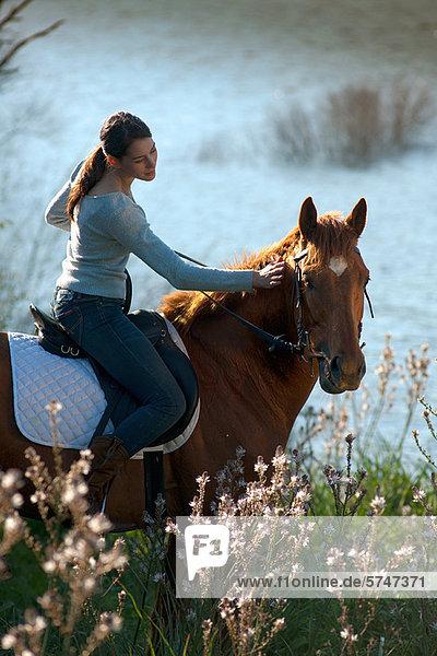 Reiterin auf dem Land