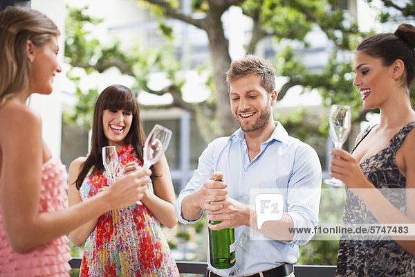 Freunde  die zusammen Champagner trinken