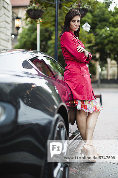 angelehnt  Frau  lächeln  Auto  Sport