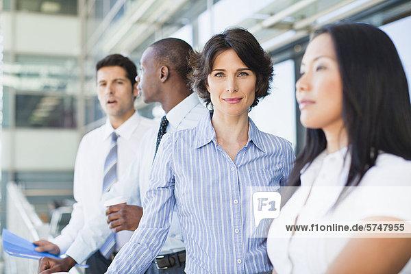 Nahaufnahme von Geschäftsfrauen lächelndes Gesicht