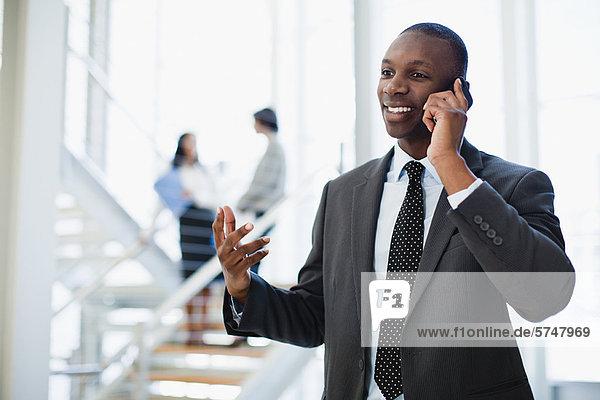 Geschäftsmann am Handy im Büro