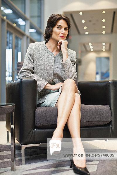 Geschäftsfrau im Sessel sitzend