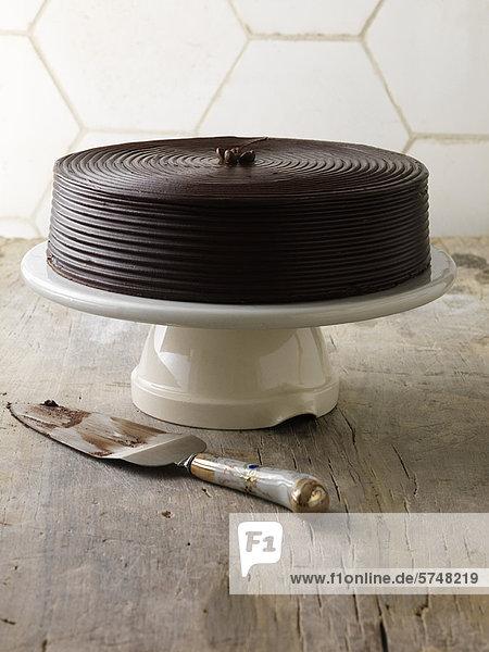 Schokoladenkuchen auf Serviertablett