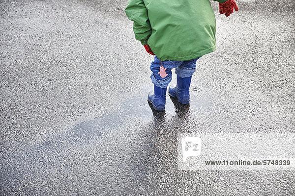 Junge - Person  Stiefel  Regen  Pfütze  spielen