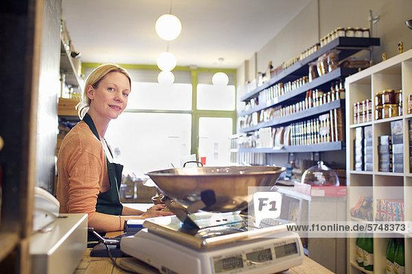 Lebensmittelhändler arbeitet hinter der Theke im Geschäft