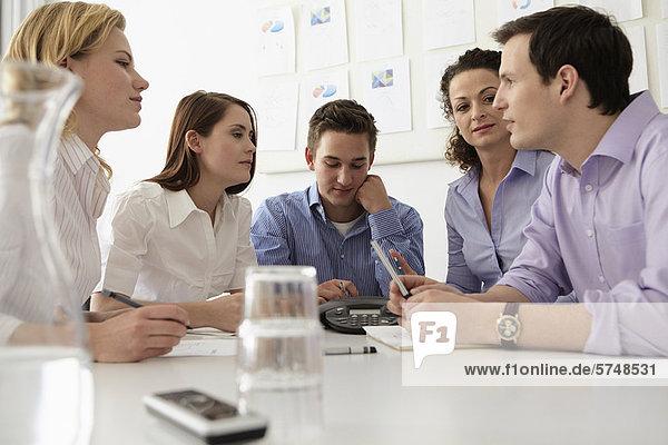 Geschäftsleute in der Telefonkonferenz