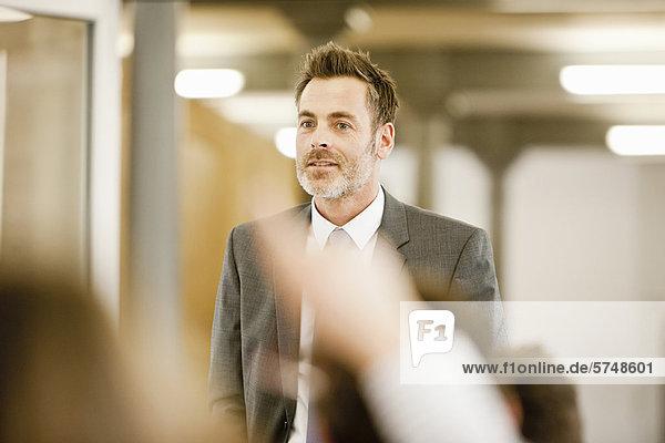 Geschäftsmann mit Seminar im Büro