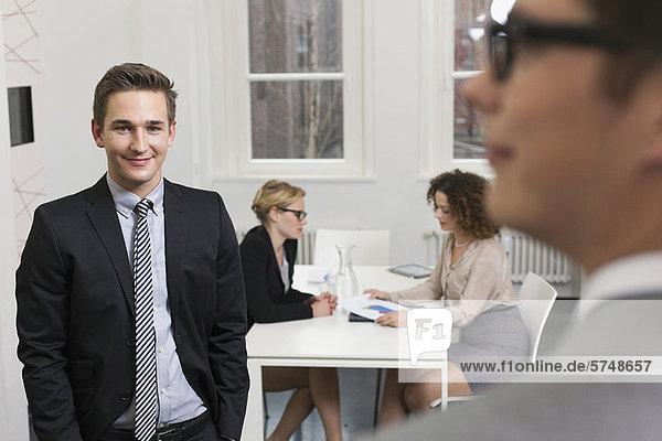 Geschäftsleute bei der Arbeit im Büro