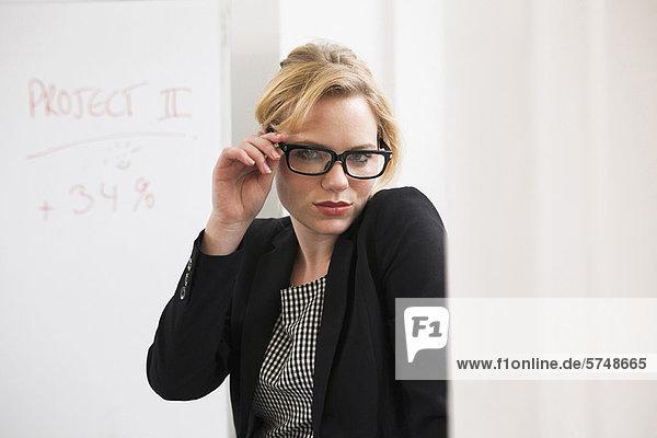 Geschäftsfrau mit Brille im Amt