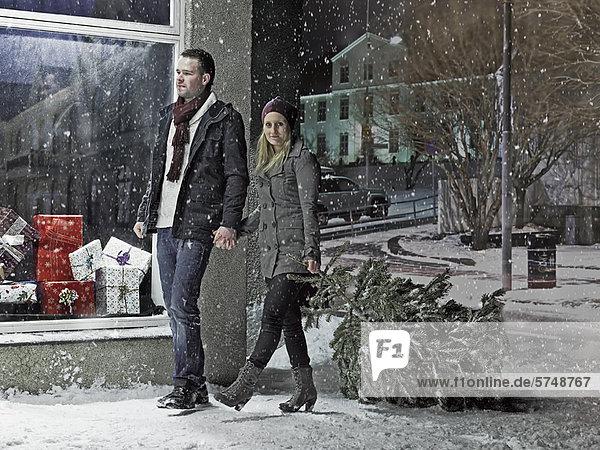 tragen  Weihnachtsbaum  Tannenbaum  Schnee