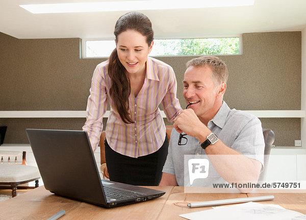 Paar mit Laptop im home-office Heimarbeitsplatz