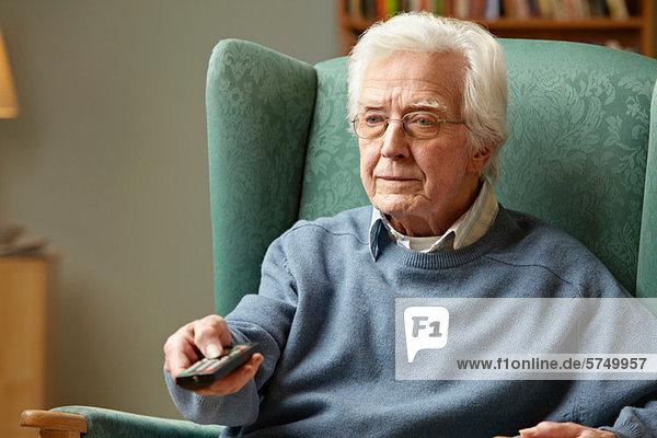 Senior Man mit Fernbedienung