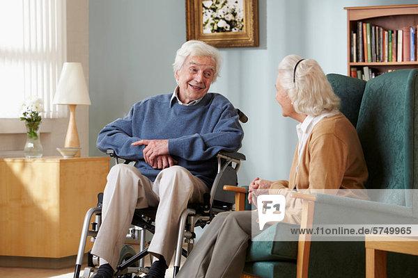 Seniorenpaar im Pflegeheim  Mann im Rollstuhl