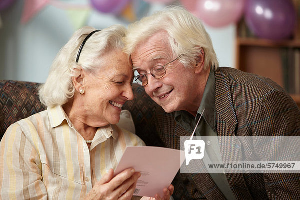 Seniorenpaar liest Geburtstagskarte