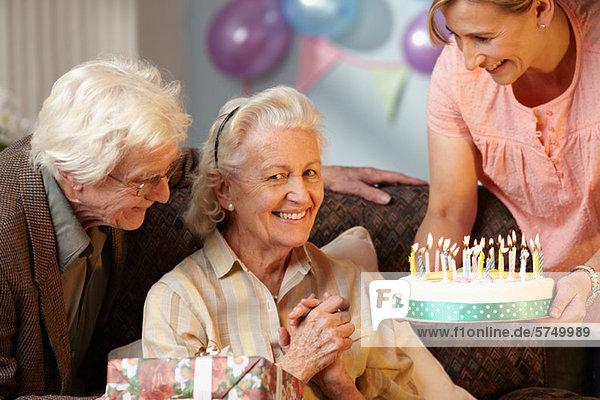 Tochter schenkt Seniorin Geburtstagstorte