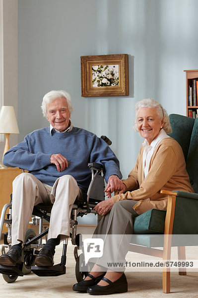 Altes Paar  Mann im Rollstuhl  Porträt