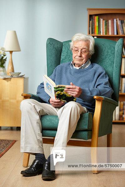 Senior Mann Lesebuch