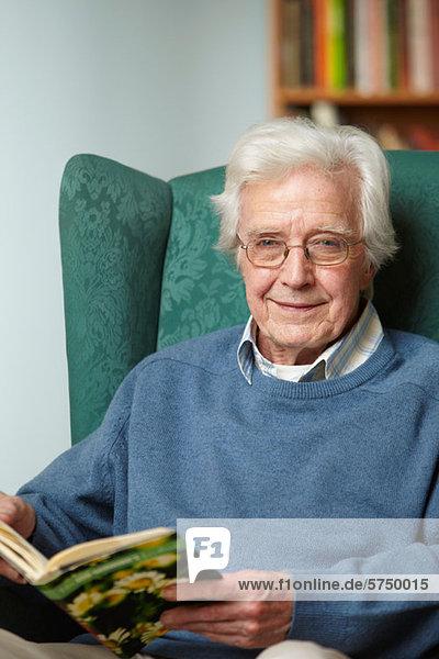 Senior Man Lesebuch  portrait