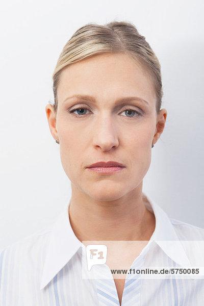 Mittlere erwachsene Frau mit ernstem Ausdruck  Porträt