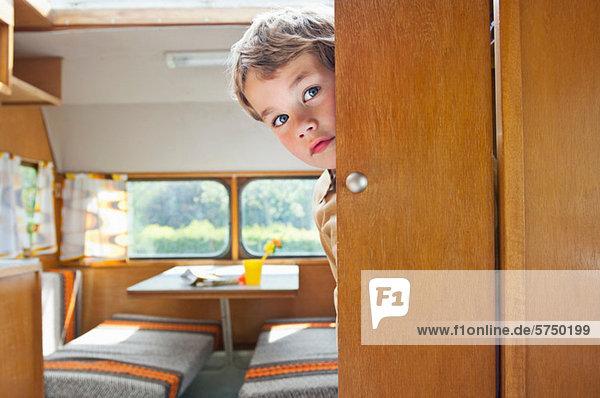 Karawane Junge - Person aufspüren Tür Campingwagen nachsehen rund