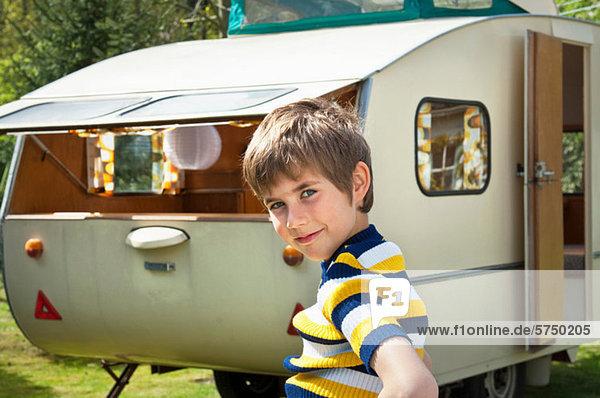 Junge im Wohnwagen  Portrait