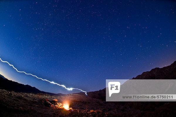 Wüstenlagerfeuer im Death Valley National Park  Kalifornien  USA