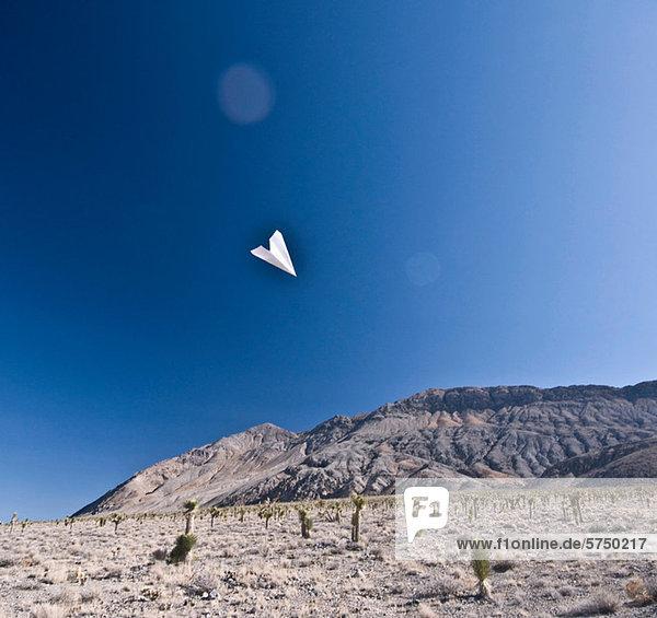 Papierflugzeug im Death Valley National Park  Kalifornien  USA