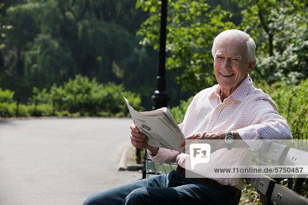 Portrait of senior Man lesen Zeitung  Lächeln