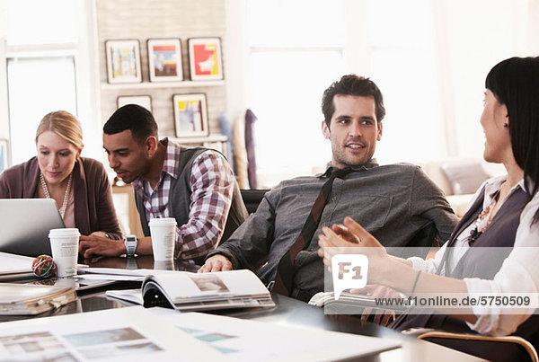 Bürokollegen in Besprechung