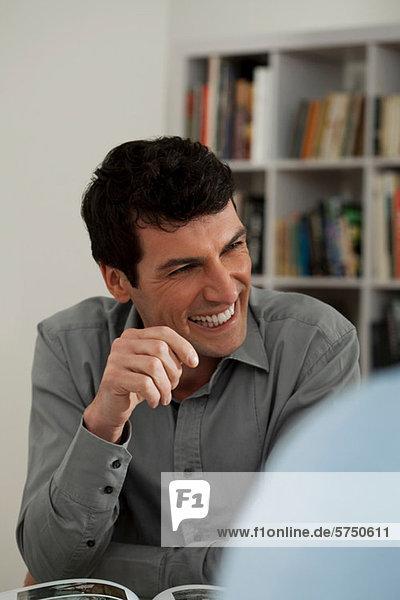 Mitte erwachsenen Mann lächelnd in der Galerie