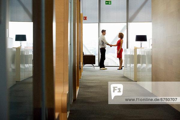 Junge Frau und mann meeting im Büro