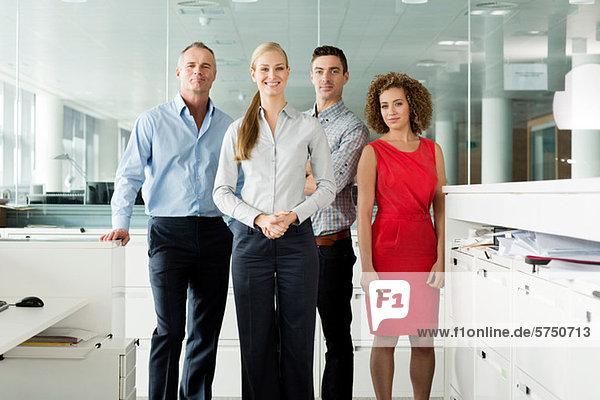 Porträt der Kollegen im Büro  Lächeln