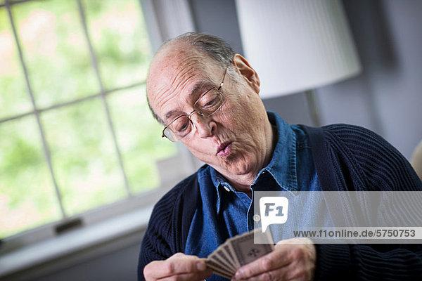 Interior  zu Hause  Senior  Senioren  Mann  Spiel  Karte  spielen