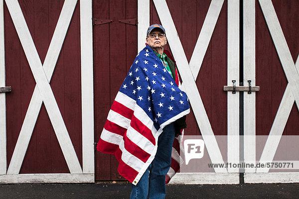 Senior Man wearing amerikanische Flagge  portrait