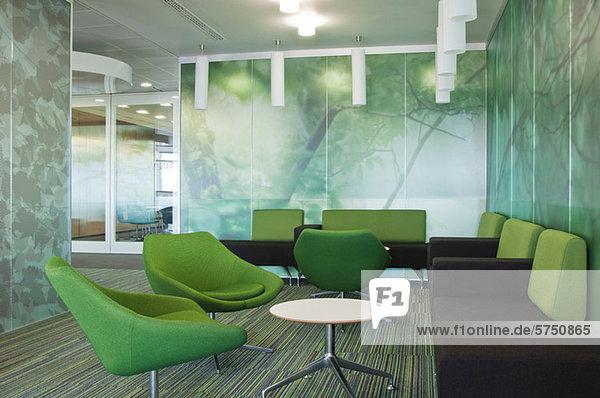 Sofas und Stühle im leeren Bürogebäude