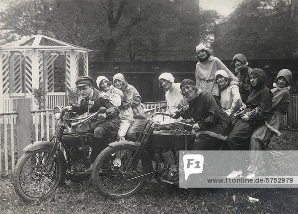 sitzend Mensch Fotografie Menschen Geschichte jung Motorrad