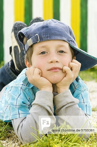 Junge mit Baseballkappe