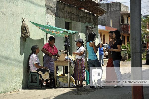 Verkaufsstand auf der Straße  Armenviertel El Mesquital  Guatemala Stadt  Guatemala  Mittelamerika
