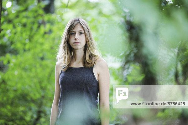 Junge Frau  Porträt in der Natur